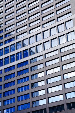 Moderne Hochwolkenkratzer mit Wolken spiegelt sich in den Fenstern Lizenzfreie Bilder