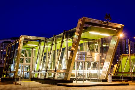 Der Bodenpavillon der U-Bahnstation Zhulebino. Nachtszene.