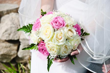 Brautstrauss in der Hand der Braut