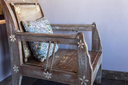 muebles de madera de la vendimia con almohadas de colores hechos a mano