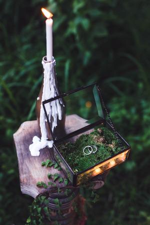 양초와 황금빛 반지가 많은 밤의 결혼식 스톡 콘텐츠