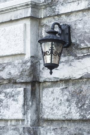 edad media: l�mpara de hierro negro viejo sobre la pared de piedra del castillo medieval