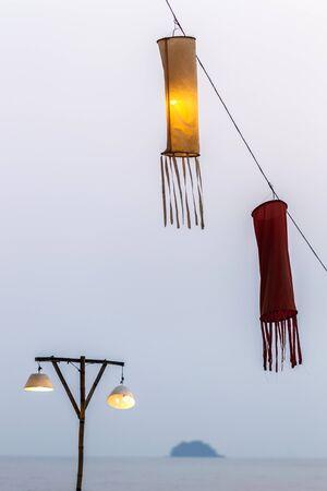 encendedores: encendedores multicolor de la vendimia en la playa puesta de sol