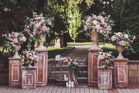 ? Pak gekleurde huwelijksceremonie met verse bloemen
