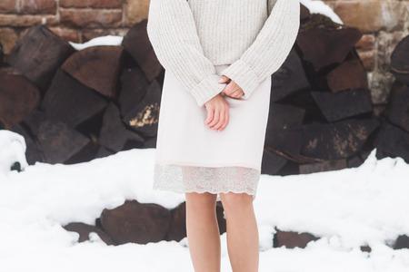look invernale, ragazza in maglione di lana calda e una gonna di seta naturale con pizzo