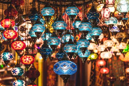 Erstaunlich traditionelle handgemachte türkische Lampen im Souvenirshop. Mosaik aus farbigem Glas. Lit am Abend, eine gemütliche Atmosphäre zu schaffen Standard-Bild - 67999104