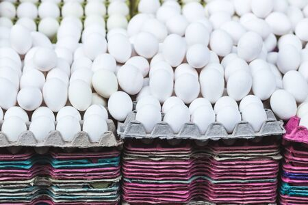 gamme de produit: Many white eggs at market, background Banque d'images
