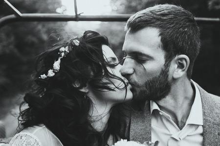 키스 커플 근접의 관능적 인 초상화입니다. 그녀의 머리카락에 바람