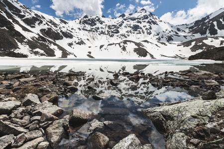 Elbrus の地域、ロシアの湖 Syltrankel。パノラマ冬の山の風景、雪峰、凍った湖、水の美しい反射