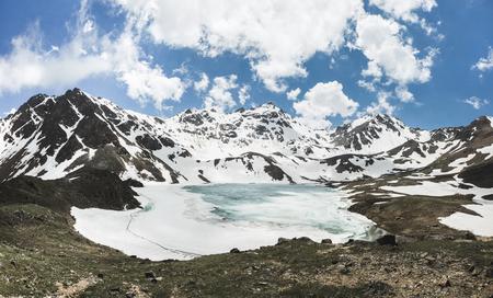 Lago Syltrankel na região de Elbrus, na Rússia. Paisagem panorâmica de montanha de inverno, picos de neve e lago congelado, linda reflexão na água