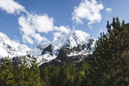 Neve montanhas de montanhas do Cáucaso em clima frio e nublado, região de Elbrus. Topo da montanha Ullu-Tau