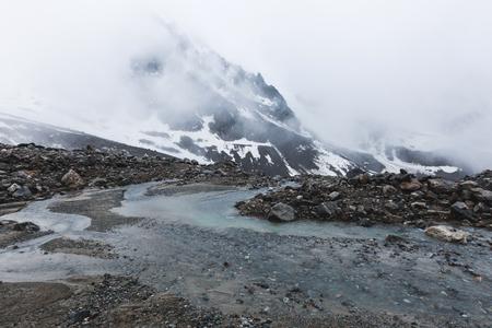 Paisagem de montanha com pedras e n