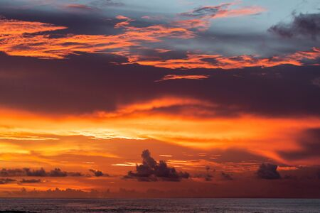 Majestuosa puesta de sol tropical colorida. Increíbles nubes rojas, naranjas, rosadas. Fondo tropical.