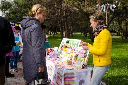 Komsomols-on-Amour, Russie - 30 septembre 2017. artisan vend des épingles à cheveux avec des arcs à la main à la foire d'automne