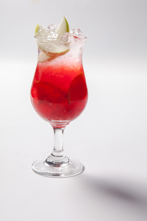 vaso de precipitado: Cold straw red drink with berry, apple and mint leaf. Isolated
