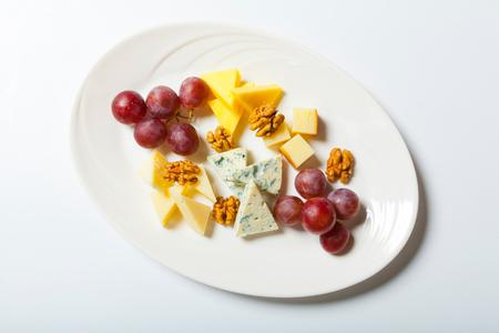 チーズとナッツと白プレートのブドウ。