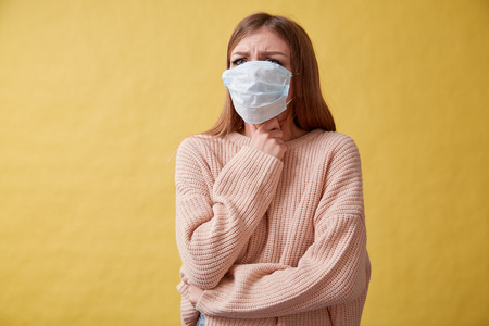 Jeune femme malade toussant sur fond isolé, mal de gorge