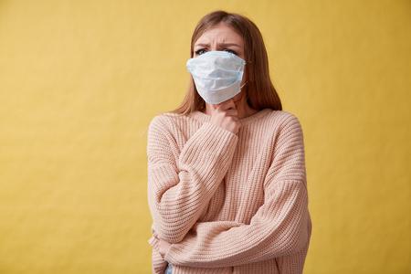 Junge kranke Frau hustet auf isoliertem Hintergrund, Halsschmerzen