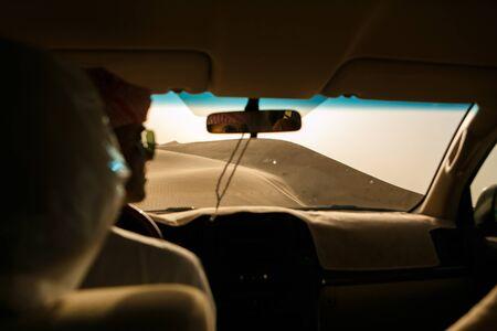 Concepto de aventura, viaje o vacaciones activas y extremas: safari extremo. Vista de la duna de arena desde el todoterreno.