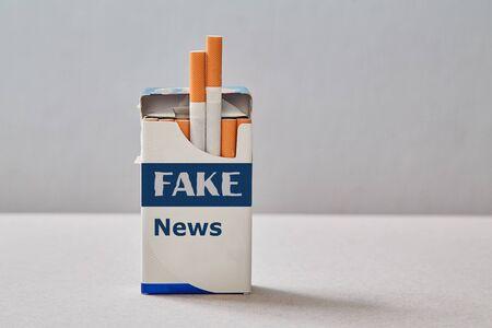 Fausses nouvelles, désinformation ou fausses informations et concept de propagande. Un paquet de cigarettes avec une inscription.