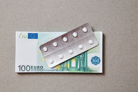 Concept for expensive health care,pharmaceutical and paid medicine. The bottle of pills on the notes. Banco de Imagens