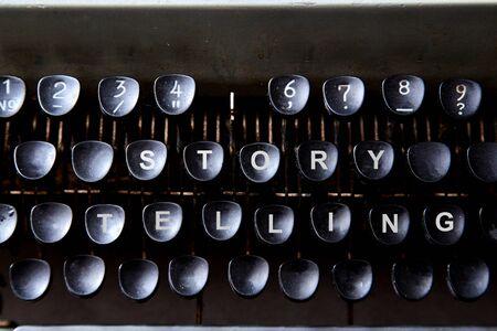 Lesen, Geschichtenerzählen und Bildung. Konzept für das Schreiben, Schriftsteller und Fiktion. Die Tastatur einer Schreibmaschine. Standard-Bild