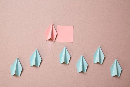 Origami-Papierflugzeug mit leerer Haftnotiz. Denken Sie an ein anderes und originelles Visions- oder Ideenkonzept. Attrappe, Lehrmodell, Simulation