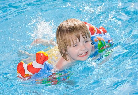 Little girl in the swimming pool    photo