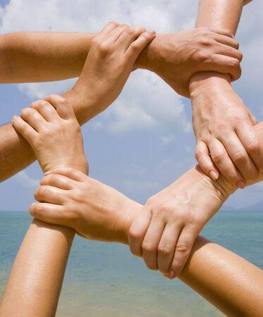 fraternit�: De nombreuses mains se connectant � une cha�ne avec ciel