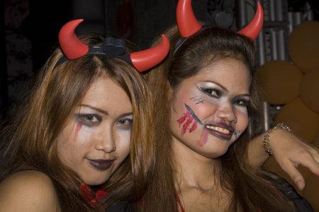 oct 31: PATTAYA, Tailandia - el 31 de octubre: Las ni�as tailandeses celebra Halloween el 31 de octubre de 2010 en Pattaya, Tailandia. Halloween se ha vuelto popular en Tailandia en los �ltimos a�os.  Editorial