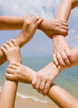 familia unida: Muchas manos conectarse a una cadena con el cielo