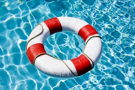 cinturon seguridad: Anillo de vida flotando encima de agua azul soleado