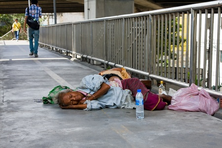 BANGKOK - OCT 25: An unidentified people sleeps on the street in central Bangkok on Oct 25, 2011 in Bangkok, Thailand. The Social Development Ministry estimates up to 4,000 homeless in Bangkok. 에디토리얼