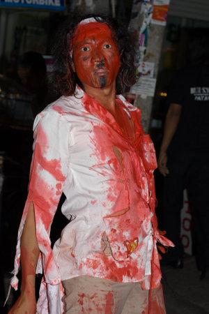 oct 31: Pattaya, Tailandia - 31 de octubre: los hombres tailandeses celebra Halloween el 31 de octubre de 2011 en Pattaya, Tailandia. Halloween se ha convertido en popular en Tailandia en los �ltimos a�os.