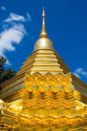 buddhist stupa: Buddhist stupa in Chiang Mai, Thailand.