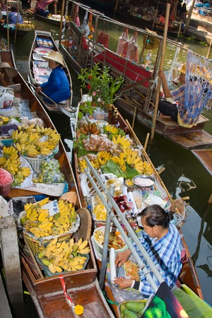 RATCHABURI, THAILAND - NOV 30: Boats ferry people at Damnoen Saduak floating market on November 30, 2011 in Ratchaburi, Thailand. Its famous for the traditional and old method of selling and buying. Stock Photo - 13365448
