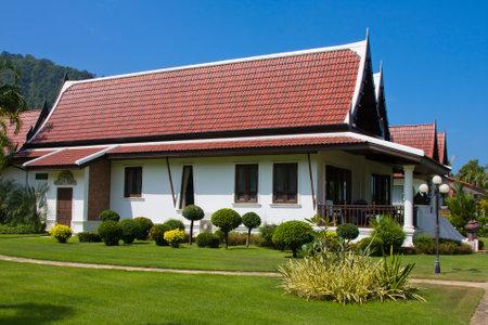 case colorate: Casa sulla spiaggia tropicale sulla sull'isola Koh Chang, Thailandia