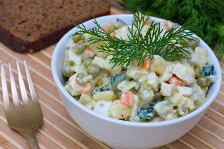 huzarensalade: Russische traditionele salade Olivier in witte plaat