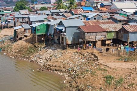 underprivileged: La zona povera vicino al fiume a Phnom Penh, Cambogia
