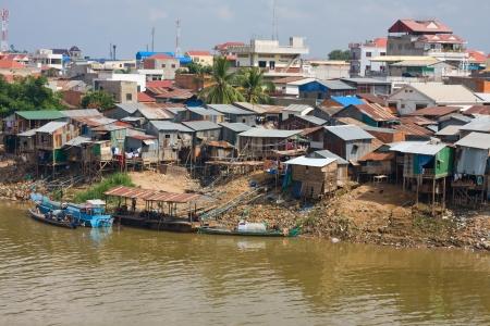 underprivileged: L'area di poveri vicino al fiume a Phnom Penh, Cambogia Archivio Fotografico
