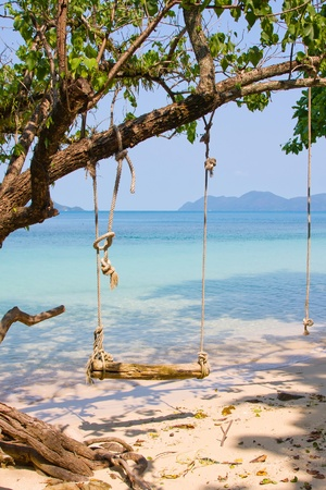 Hermosa playa tropical en la isla de Koh Wai, Tailandia photo