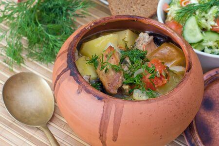 olla barro: Carne al horno con verduras en la olla de barro r�stico