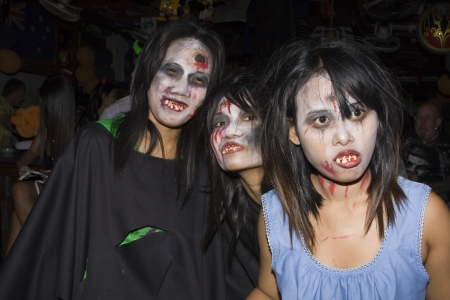fester: PATTAYA , THAILAND - OCTOBER 31 : Thai girls celebrate Halloween on October 31 2010 in Pattaya, Thailand. Halloween has become popular in Thailand in recent years .