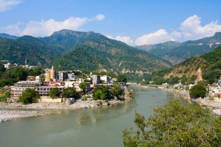 hindues: Santo r�o Ganges que fluye a trav�s de Rishikesh (la capital mundial del yoga) - la ciudad santa para los hind�es, India.