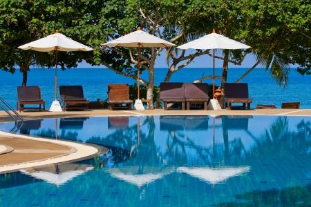 бассейн: Плавательный бассейн на берегу моря на острове Пханган, Таиланд Фото со стока