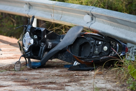 PHANGAN - FEBRUARY 25: Motorcycle accident that happened on the road on February 25, 2013 in Koh Phangan , Thailand . 新聞圖片