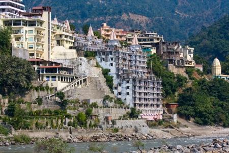 hindues: Holy Ganges r�o que fluye a trav�s de Rishikesh en la capital mundial del yoga - la ciudad santa para los hind�es, India