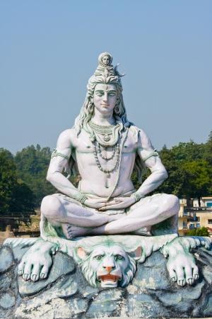 sanctity: Statua di Shiva, ind� idolo sul fiume Gange, Rishikesh, India Archivio Fotografico
