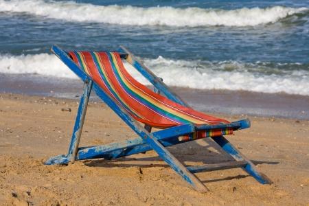 sedia vuota: Sedia vuota sulla spiaggia.