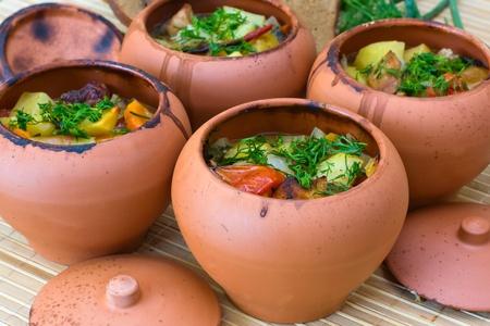 olla barro: Carne al horno con verduras en la olla de barro r?stico